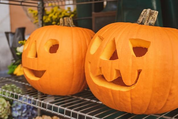 Abóbora para o halloween em uma barraca do mercado. celebração.