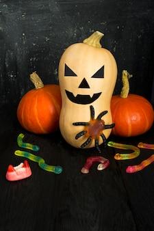 Abóbora pintada para o halloween em um fundo escuro