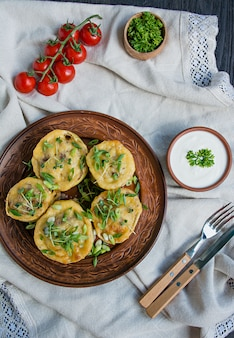 Abóbora recheada com carne picada, legumes e polvilhada com queijo duro.