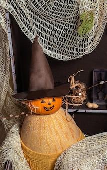 Abóbora - um homem com um chapéu de mago em um baú marrom contra o fundo de garrafas com poções e velas