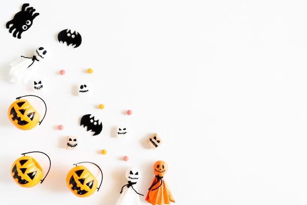Abóboras amarelas do fantasma com o sem-fim da geleia da mamã da aranha do bastão no fundo branco.