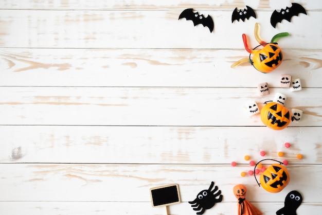 Abóboras amarelas do fantasma com o sem-fim da geleia no fundo de madeira branco. conceito de halloween.