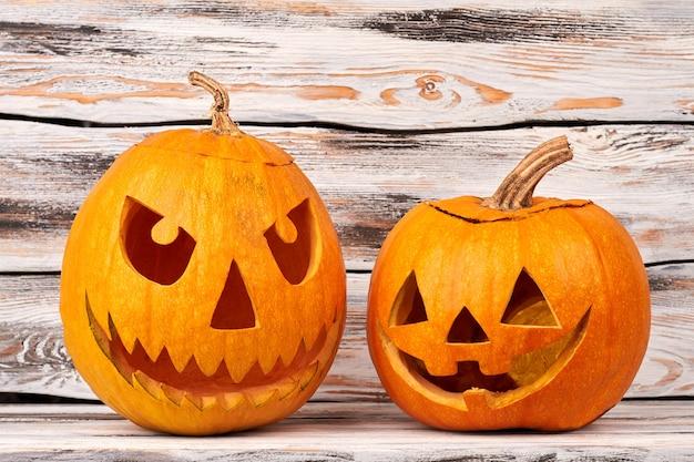 Abóboras assustadoras de halloween em fundo de madeira.