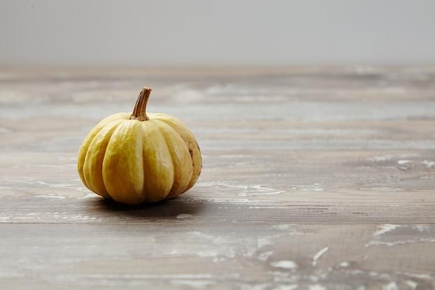 Abóboras autênticas no fundo da mesa de madeira