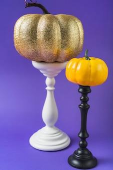 Abóboras coloridas de halloween em montagens