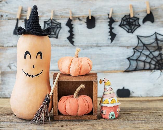 Abóboras conceito de halloween e outras avaliações em fundo de madeira