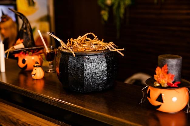 Abóboras de halloween com chapéu de bruxa preto