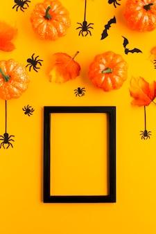 Abóboras de halloween com folhas e quadro de maquete