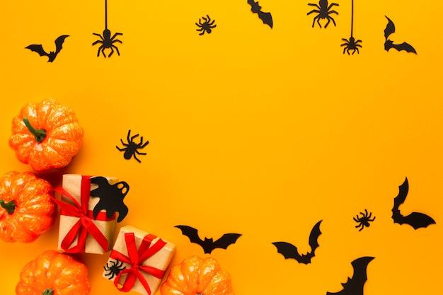 Abóboras de halloween com presentes e aranhas