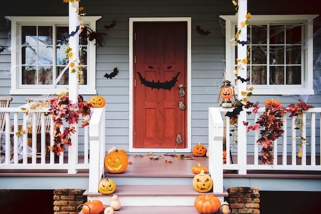 Abóboras de halloween e decorações fora de uma casa