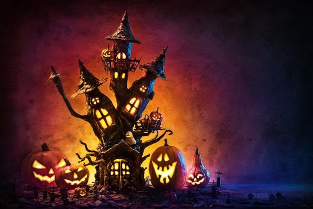 Abóboras de halloween e o castelo assustador na noite.