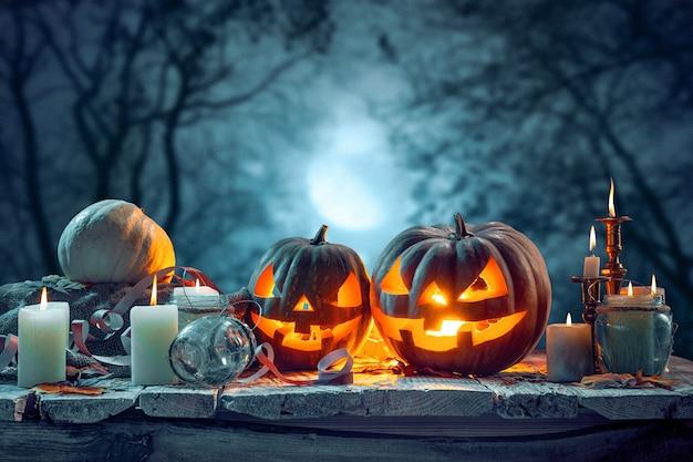 Abóboras de halloween em fundo azul escuro