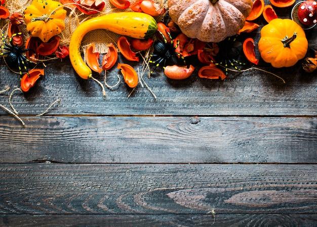 Abóboras de halloween, em fundo de madeira