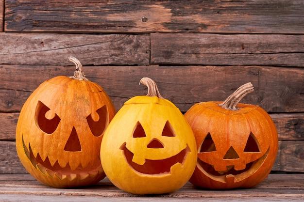 Abóboras de halloween em fundo de madeira.
