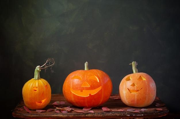 Abóboras de halloween em fundo escuro