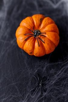 Abóboras de halloween em fundo preto com aranha assustadora e web.