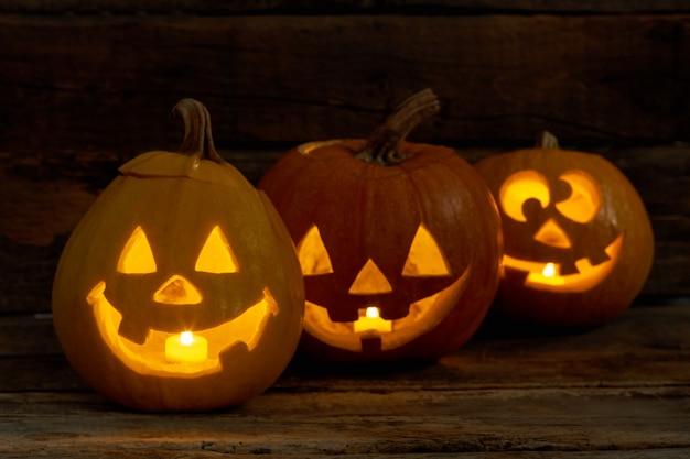 Abóboras de halloween engraçadas com velas acesas.