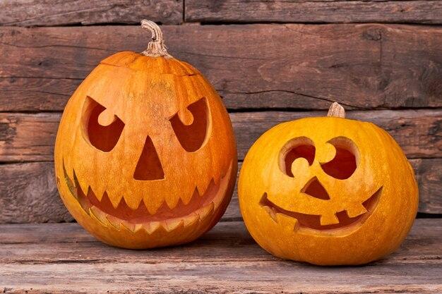 Abóboras de halloween feitas à mão em fundo de madeira.