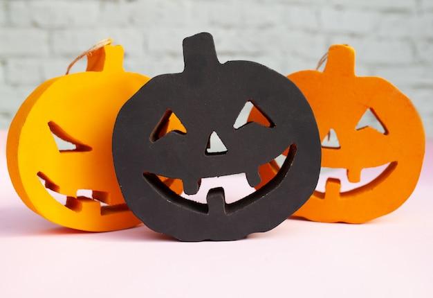 Abóboras de halloween laranja e preto carrancudo