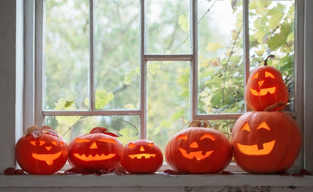 Abóboras de halloween na janela