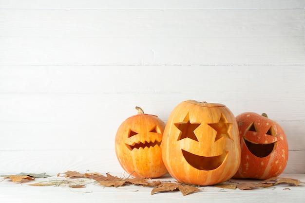 Abóboras de halloween na mesa de madeira. conceito de halloween
