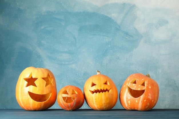Abóboras de halloween na mesa de madeira. espaço para texto