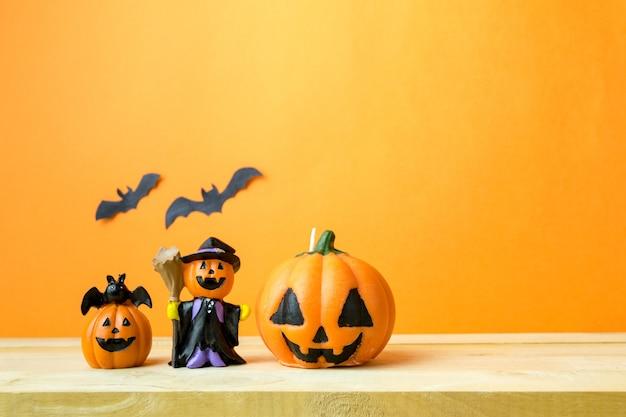 Abóboras de halloween na mesa de madeira