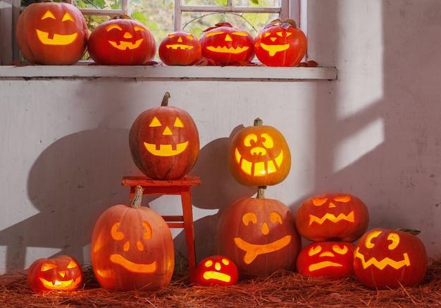 Abóboras de halloween na parede velha interior
