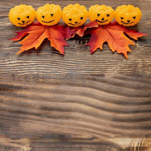 Abóboras de halloween ornamentais na mesa de madeira