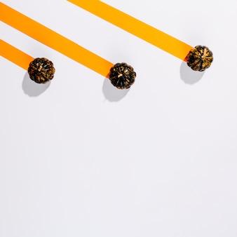 Abóboras de halloween pequenas em listras de papel