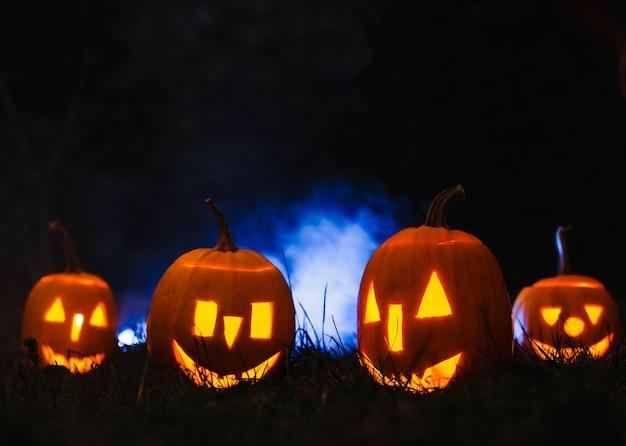 Abóboras de halloween sobre fumaça azul.