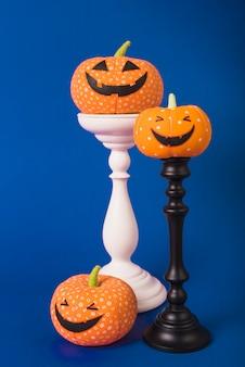 Abóboras de halloween suaves em suportes de gesso
