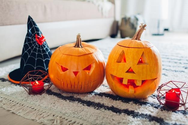 Abóboras de jack-o-lanterna de halloween, casa decorada com símbolos tradicionais do halloween.