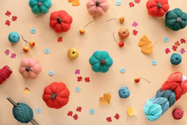 Abóboras de lã diy sazonais de outono, feixe de lã, cordão e botões. materiais para artesanato em cores do outono