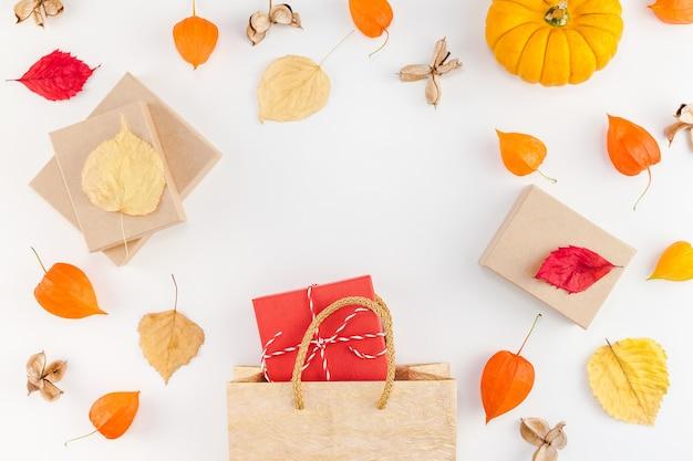 Abóboras de outono, flores secas de laranja e folhas
