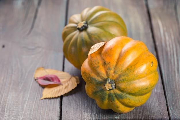 Abóboras de outono na mesa de madeira