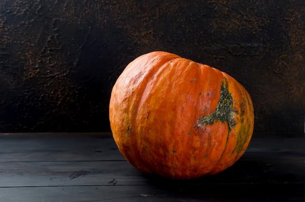Abóboras de outono na placa de madeira
