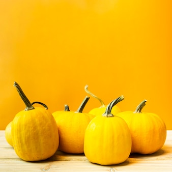 Abóboras de vista frontal com fundo amarelo