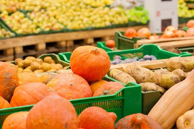 Abóboras e outros vegetais e frutas no supermercado