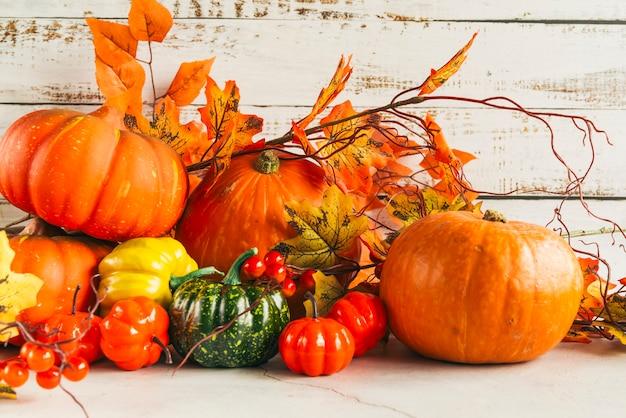 Abóboras entre folhas de outono coloridas