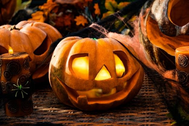 Abóboras esculpidas em halloween com abóboras e velas assustadoras.