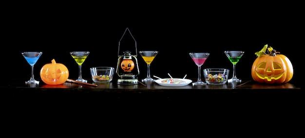 Abóboras fantasmas, doces e bebidas em cima da mesa na festa de halloween.