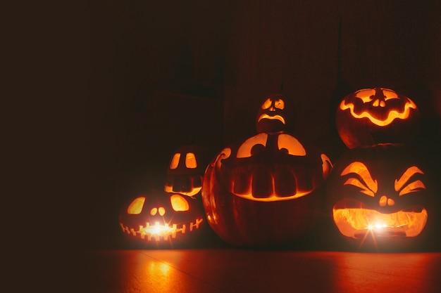 Abóboras fantasmas em fundo de halloween