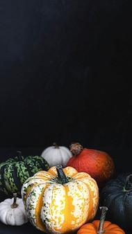 Abóboras frescas coloridas em uma mesa