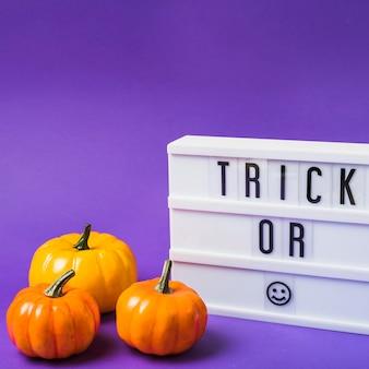 Abóboras frescas de halloween e placa de plástico