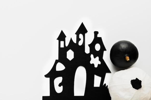 Abóboras leigas planas perto de mansão assustadora