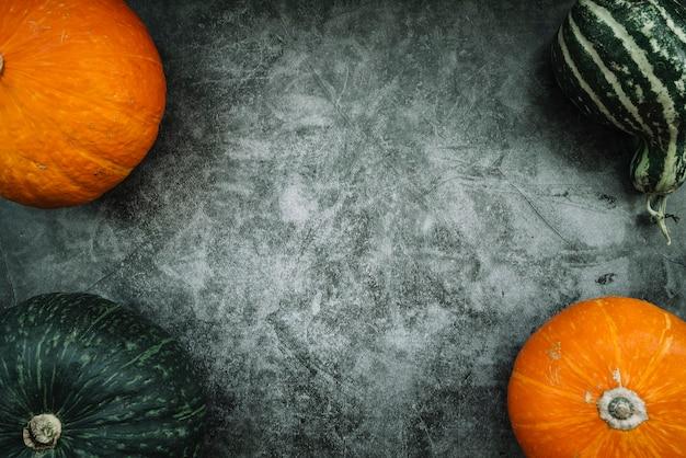 Abóboras maduras na mesa de mármore