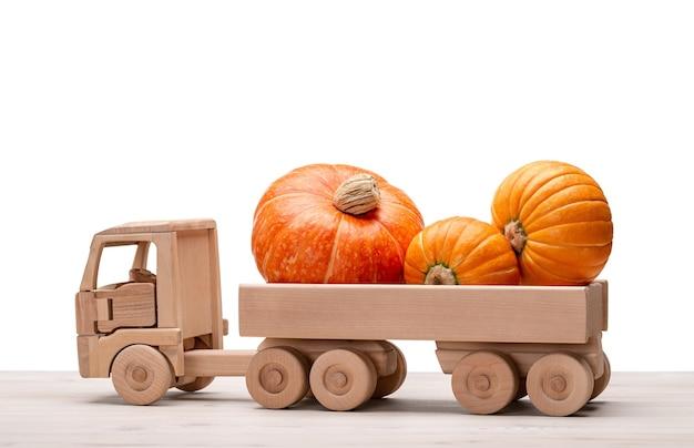 Abóboras no caminhão de madeira