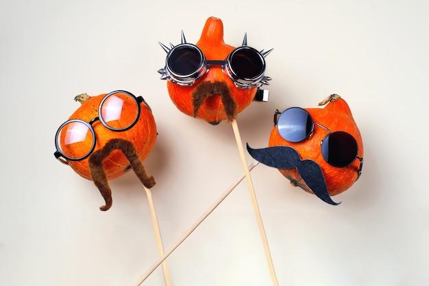 Abóboras rocker com óculos e bigodes