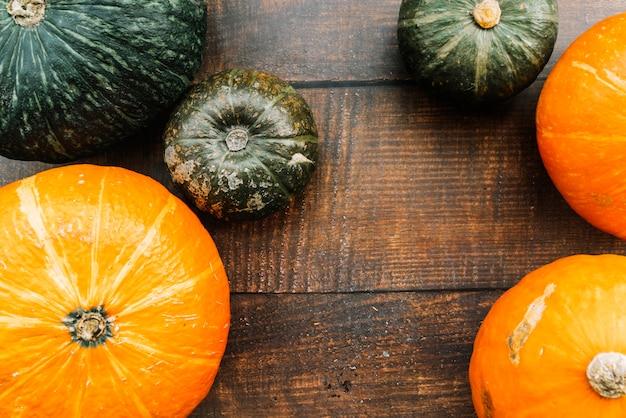 Abóboras verdes e laranja na mesa